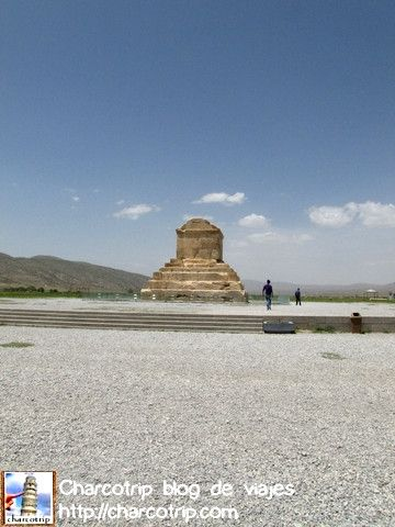 Y al entrar alla esta... la tumba de Ciro el Grande