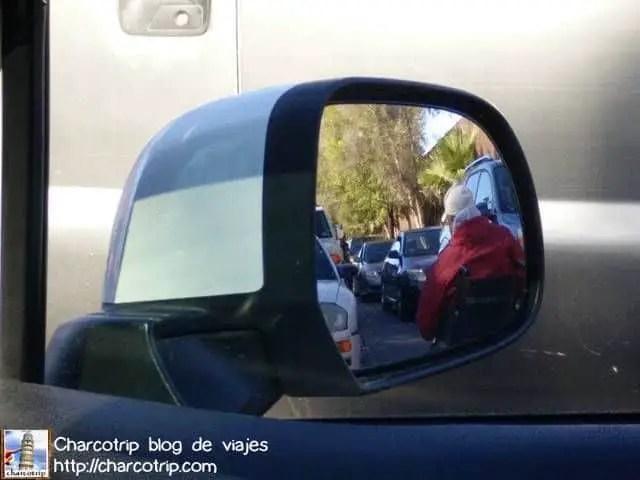 Persona entre los autos