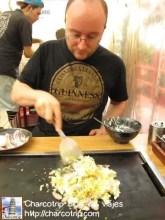 Vicente preparando su okonomiyaki
