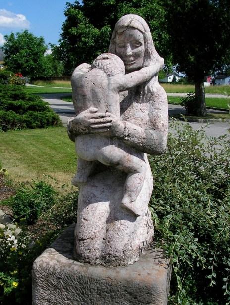 Mutter und Kind, Kalksteinfindling