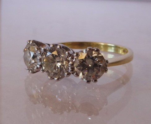 Lot 346: An 18ct gold 3 stone diamond ring