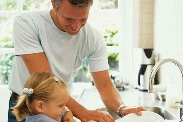 father-daughter-washing-dishes-photo_asset
