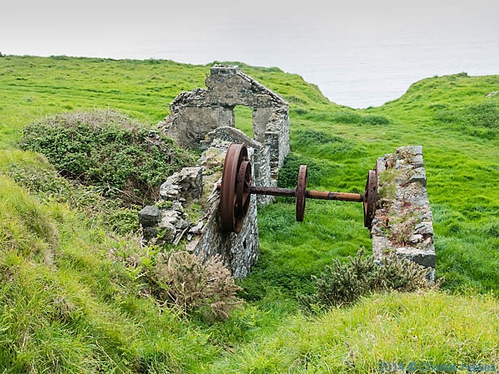 Ruined buildings of Nant mine, Nant-y-Gadwen, photographed by Charles Hawes
