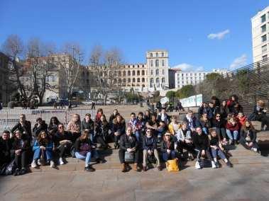 Visite de Marseille pause sur l'esplanade de l'Hôtel de Ville