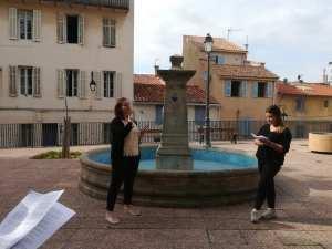 Photo d'une fontaine et de 2 étudiantes