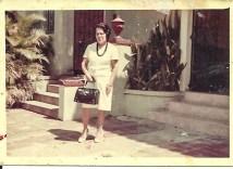 Mi abuela Esther en frente de la Escuela Benedict