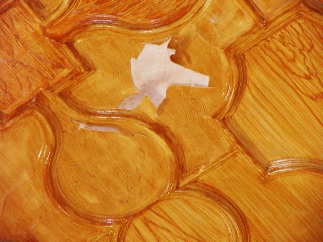 Niedoróby też się zdarzają - imitująca drewno okleina sufitu w jednej z sal.