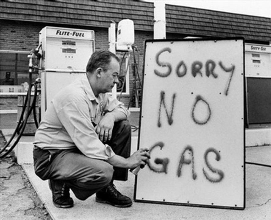 Prawdopodobnie kryzysy paliwowe w latach siedemdziesiątych znacząco przyczyniły się do powstania książki. Źródło: http://www.npr.org/blogs/pictureshow/2012/11/10/164792293/gas-lines-evoke-memories-oil-crises-in-the-1970s