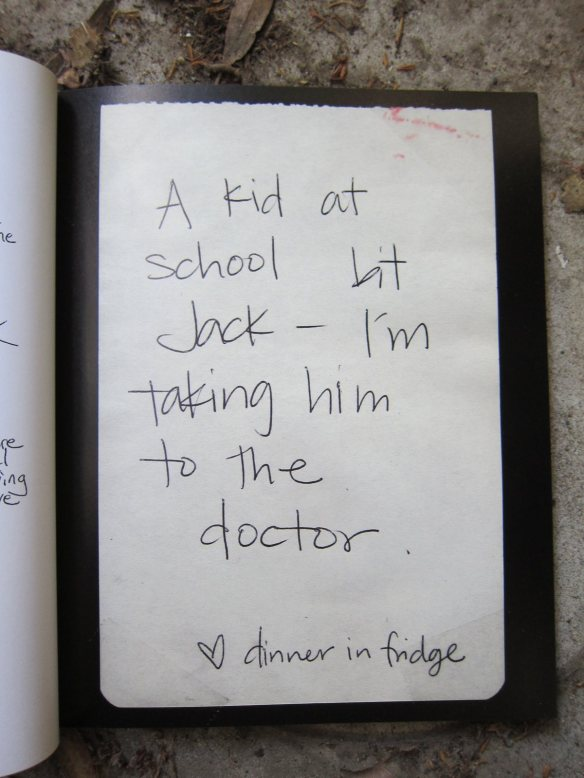 Dzieciak w szkole ugryzł Jacka. Zabieram go do doctora. Obiad w lodówce.