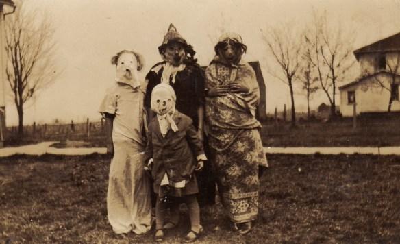 Grupowe zdjęcia wychodzą bardzo niepokojąco. Źródło: http://www.vintag.es/2013/10/anonymous-halloween-photographs-america.html