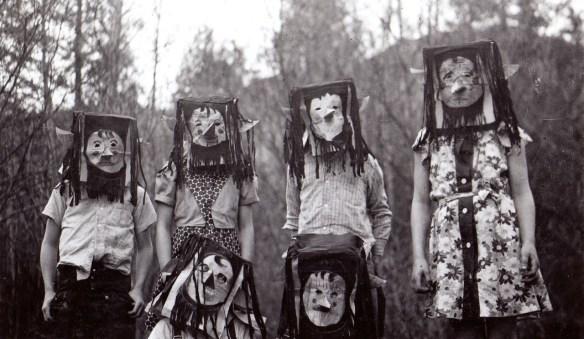 Zaprawdę powiadam Wam, że nie wiem za kogo ta ekipa się przebrała, ale wyglądają naprawdę przerażająco. Źródło: http://www.vintag.es/2014/10/haunting-vintage-halloween-photographs.html