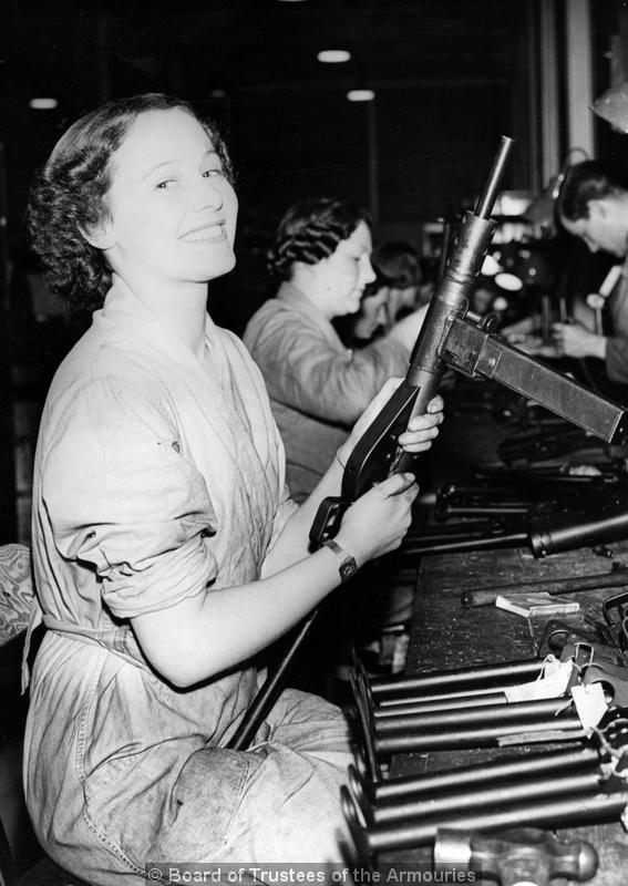 Dziewczyna montująca Steny. Royal Armory photo. Około 1942 roku