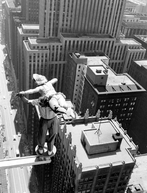 Akrobaci ponad wieżowcami Chicago. 1955