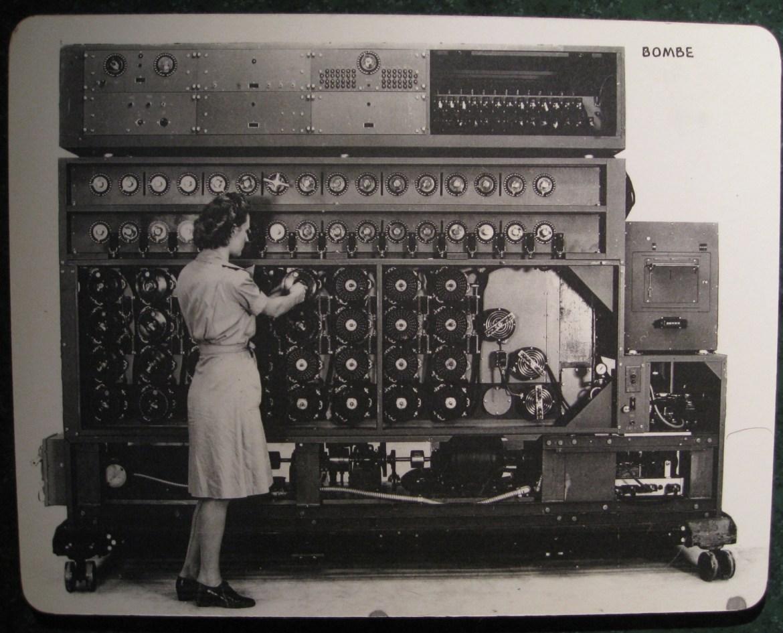 Maszyna deszyfrująca amerykańskiej marynarki wojennej. Ładnie pasuje do wpisu. Źródło: https://flic.kr/p/64fGf6