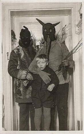 My z wizytą do syna. Podobno ściąga seriale z torrentów. Źródło: http://www.buzzfeed.com/mjs538/50-unexplainable-black-white-photos#.kuEo9PGoA