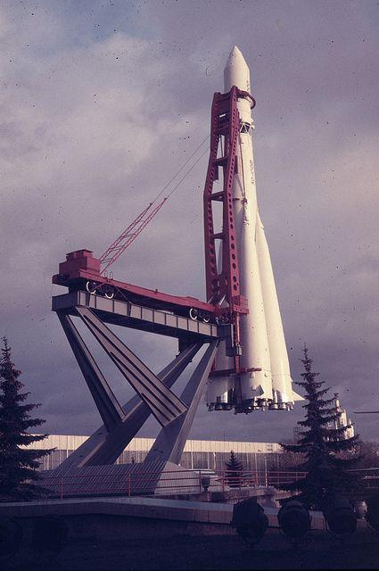A tu oryginalne zdjęcie sowieckiej rakiety. Źródło:  https://www.pinterest.com/pin/510243832755928641/