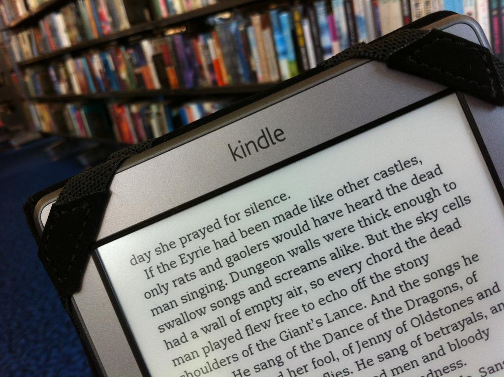 Zdjęcie Kindla w bibliotece. fot. dubh. Źródło: https://flic.kr/p/bxpMXZ