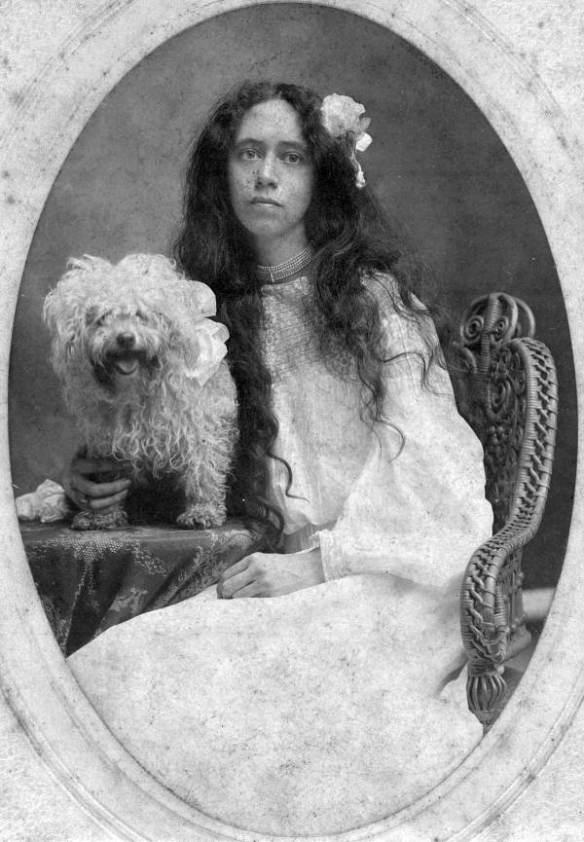 Cassandra z jej pieskiem Wattem, około 1902 roku. Źródło: https://flic.kr/p/qwCMXv