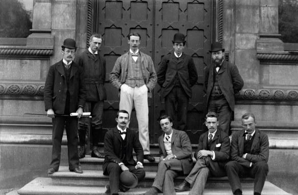 Czy to grupka przyszłych lekarzy czy prawników? Stoją przed Trinity College. Źródło: https://flic.kr/p/pWmr3y