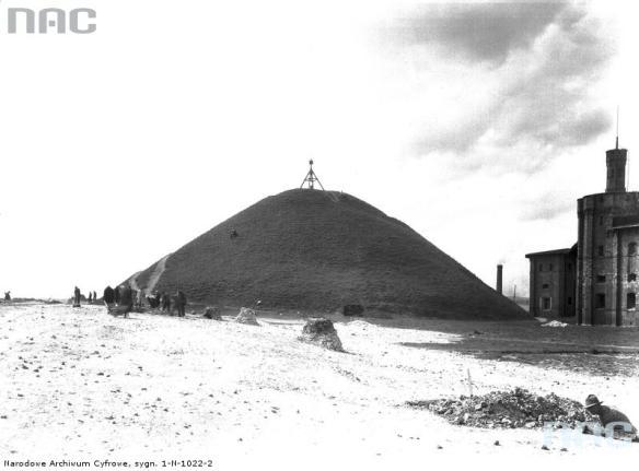 """Kopiec Krakusa z widocznym fragmentem fortu """"Krakusa"""". Źródło: https://audiovis.nac.gov.pl/obraz/100686/f26cfe5b0596bb5077db7f7c0e19d9e5/"""