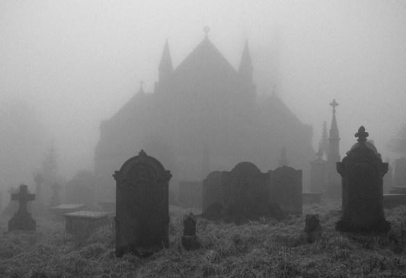 Kościół z cmentarzykiem we mgle. Źródło: https://flic.kr/p/7B4asb