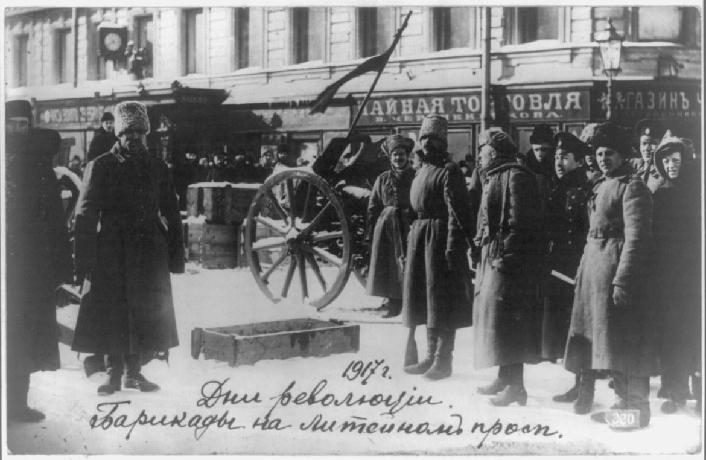 Barykady w Piotrogrodzie. Źródło: http://www.loc.gov/pictures/item/2009631816/