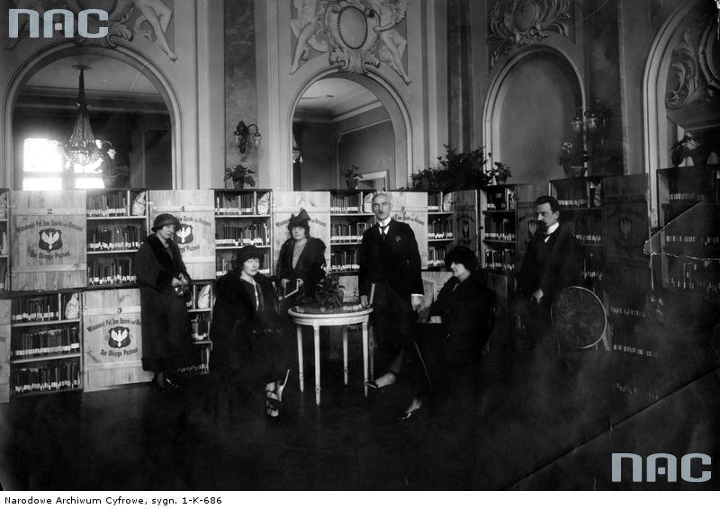Ruchoma biblioteka Polskiego Towarzystwa Opieki nad Kresami. Źródło: https://audiovis.nac.gov.pl/i/PIC/PIC_1-K-686.jpg