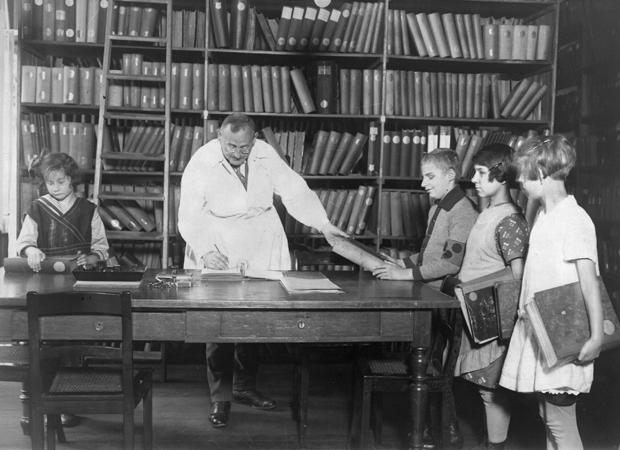 Biblioteka Instytutu dla Niewidomych, Berlin 1920. Źródło: http://mentalfloss.com/article/57504/30-vintage-photos-people-libraries