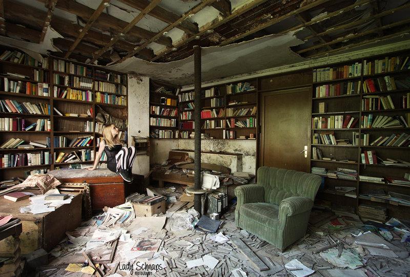 Może to trochę nietypowa szkolna biblioteka, ale zdjęcie całkiem ładne. Źródło: http://lady-schnaps.deviantart.com/art/Old-School-Library-559403249