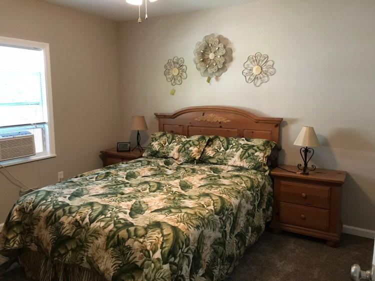 Bedroom 1, Queem bed