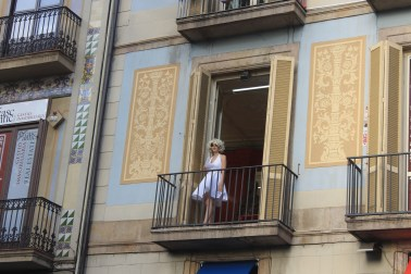 A woman portraying Marilyn Monroe on La Rambla