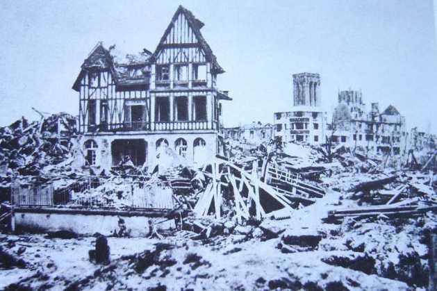 旧市街の家への爆撃による破壊。