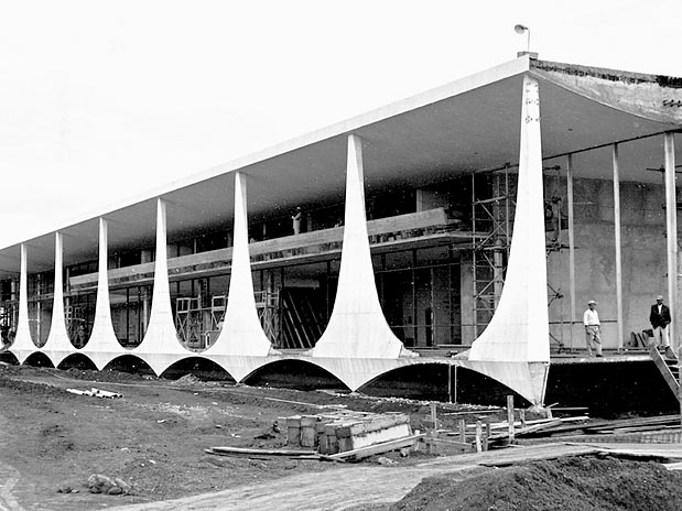 Oscar Niemeyer Homestheticsによるブラジルの真に象徴的なモダンマンションパラシオダアルボラーダの建設プロセス