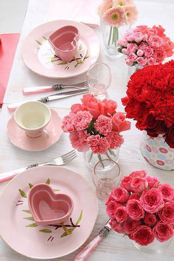 ピンクのバラとバレンタインの日のテーブルの装飾