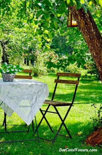ツリーの下の庭のテーブル