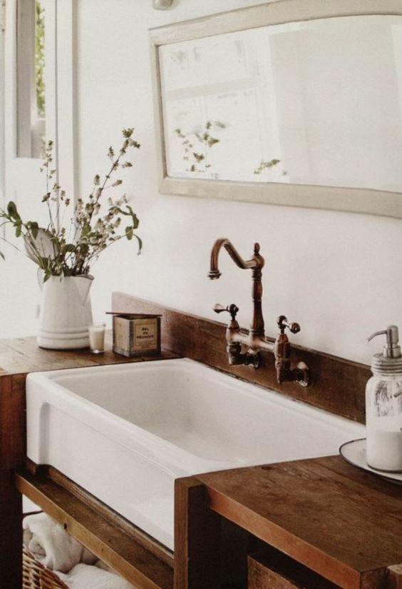 27.バスルームの木製カウンターに沈む白いシンク