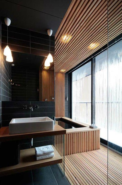 34.木製のラインがバスルームを包み込む