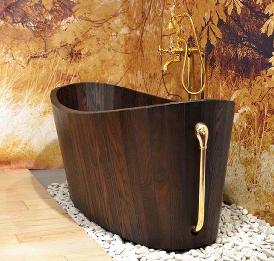 41.黄金のアクセントが木製浴槽を強化