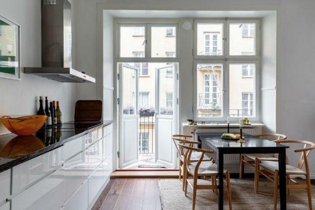 明るい白いスカンジナビアデザインキッチン