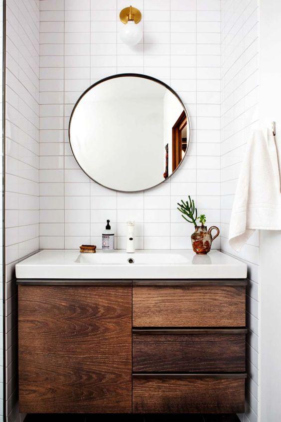 31.白い浴室は木製の虚栄心を受け取ります