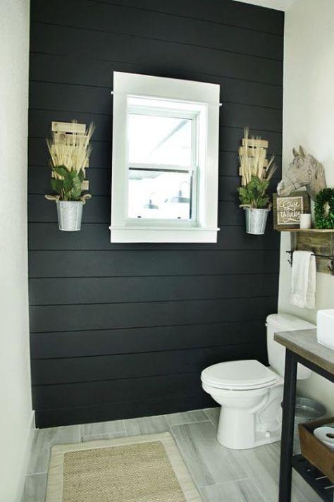 52.黒い木製アクセントの壁がバスルームを支配