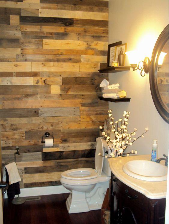 58.回収された木製のアクセントのバスルームの壁