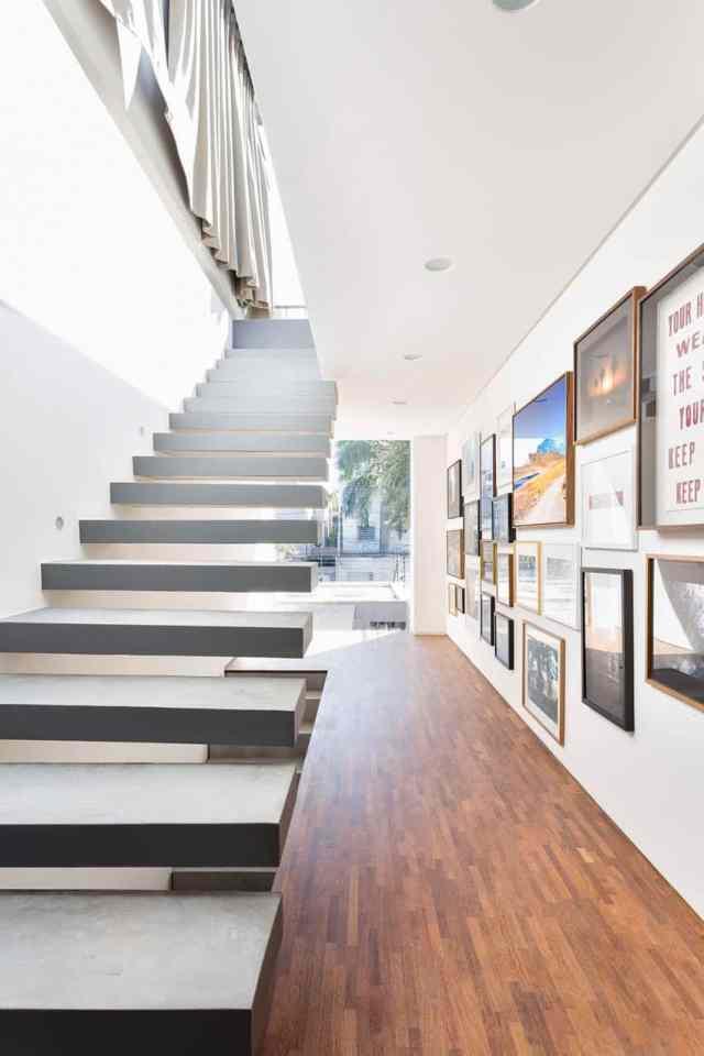 カサララの活気に満ちた現代的な家がサンポールの美学で形をとる(28)