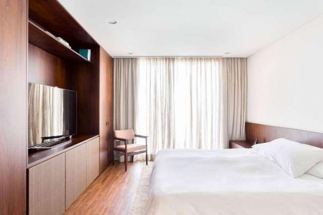 カサララの活気に満ちた現代的な家がサンポールの美学で形をとる(29)