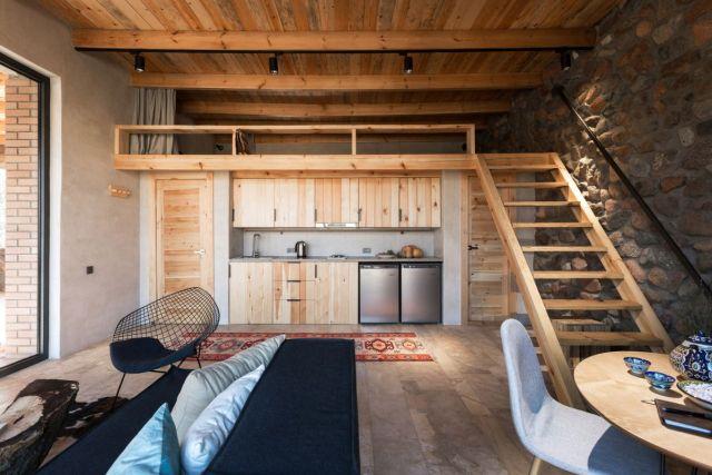 家のインテリアはシンプルで居心地がよく、石の表面が木材で補われています