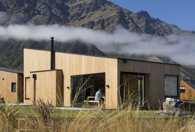 シンプルで控えめなデザインは、家が帰属意識を確立し、風景のコンテキスト内で自然に見えるようにします