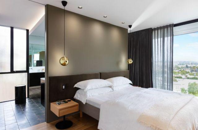 フルハイトの窓が風光明媚な景色を囲み、寝室の中心として機能します