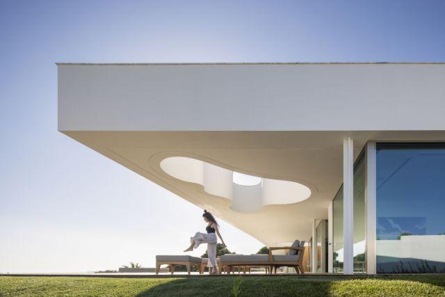 2つの家全体に多数の空隙と大きな開口部があり、それぞれに特定の役割があります