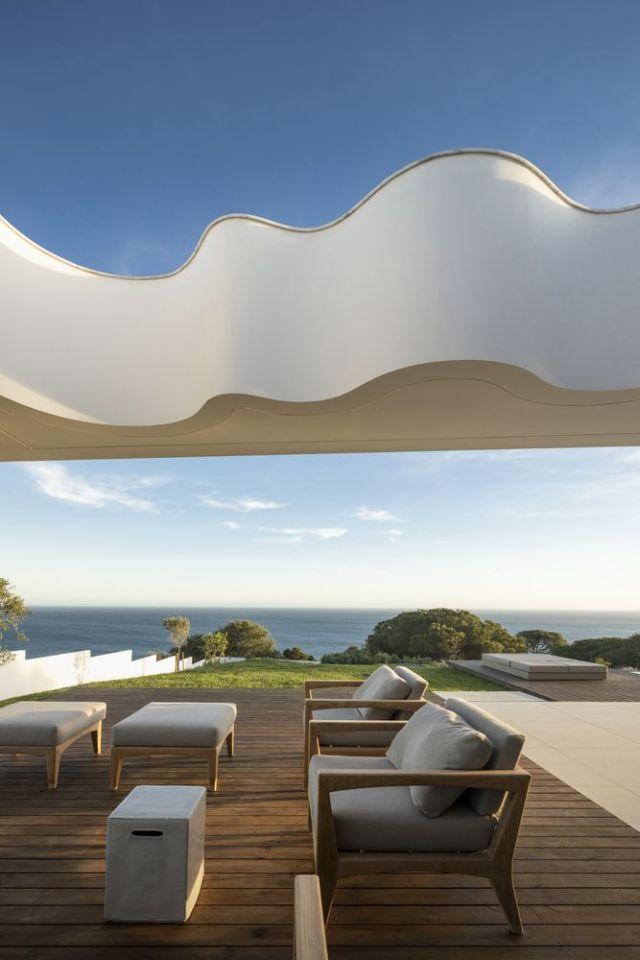 波線は砂丘と海の波を連想させる