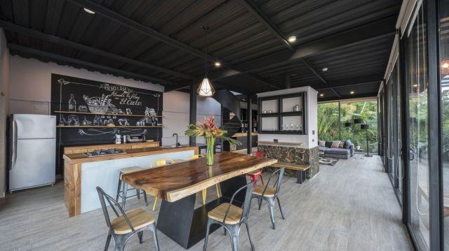 キッチンとダイニングエリアは暖炉の片側に集まっており、リビングルームは反対側にあります